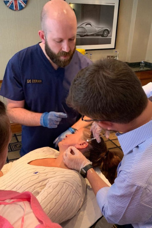 Dr-Luke-Conway-teaching-jawline-filler-using-cannula